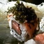 uramaki de salmao coberto com couve frita - Prato azul - esteira - NAKOMBI